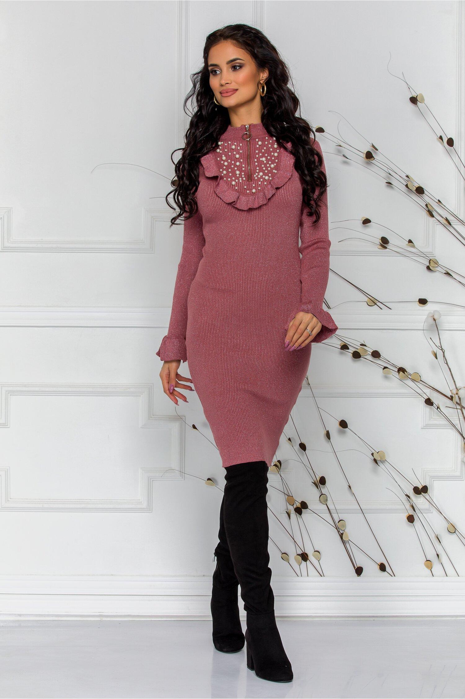 Rochie Simina roz cu perlute la bust si volanase