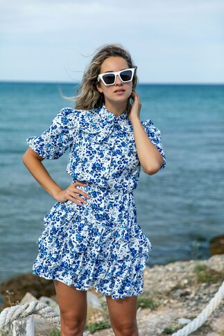 Rochie Sorina alba cu imprimeuri florale albastre si volanase