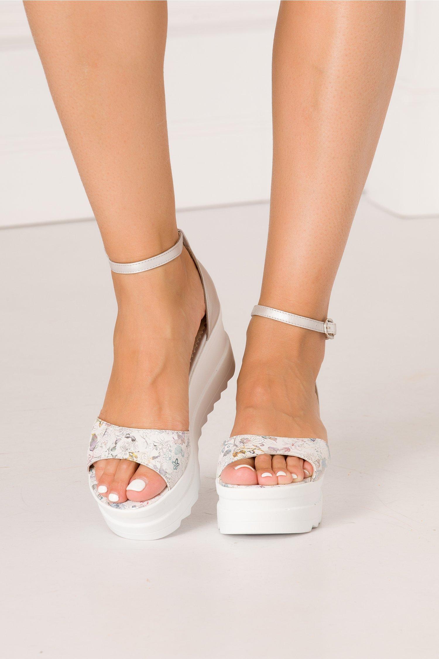 Sandale argintii cu imprimeu floral cu reflexii metalice