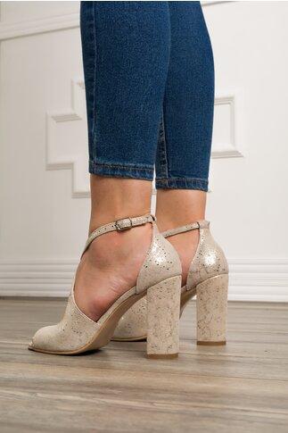 Sandale bej cu barete incrucisate si imprimeu auriu