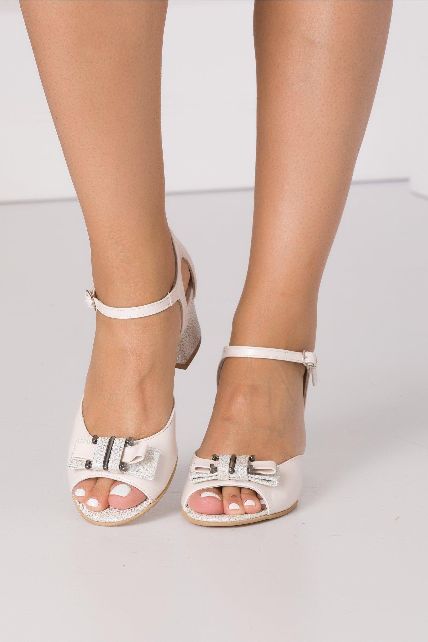 Sandale bej cu imprimeu in picatele argintii