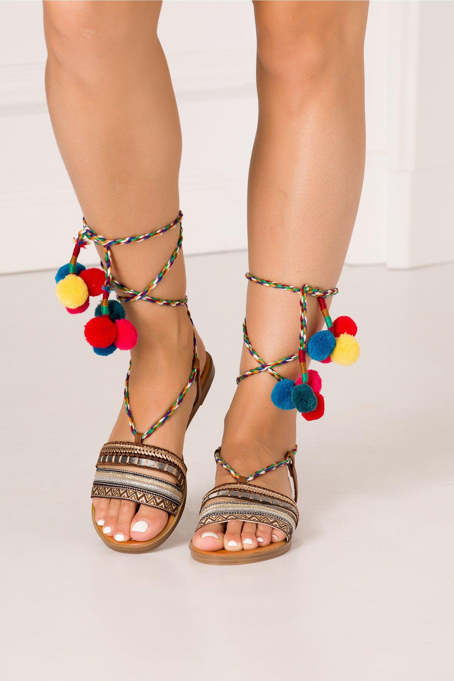 Sandale cu insertii aurii si argintii cu ciucuri multicolori