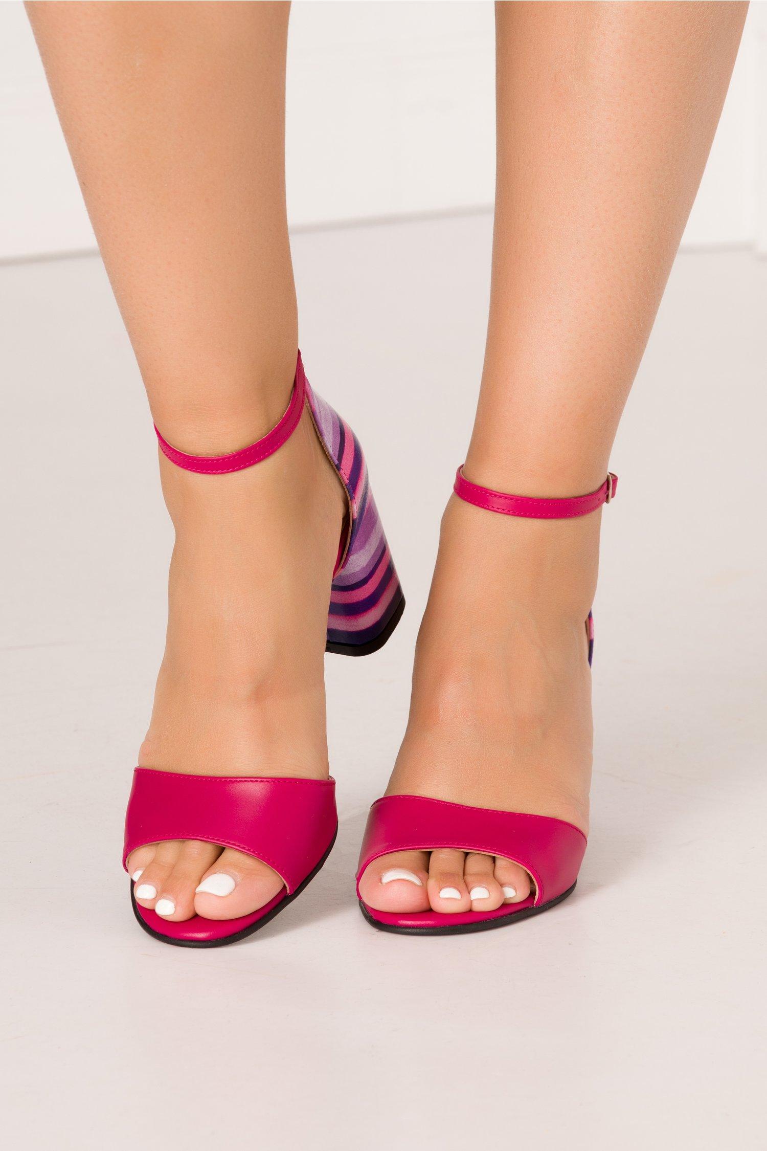 Sandale fucsia cu imprimeu cu dungi multicolore