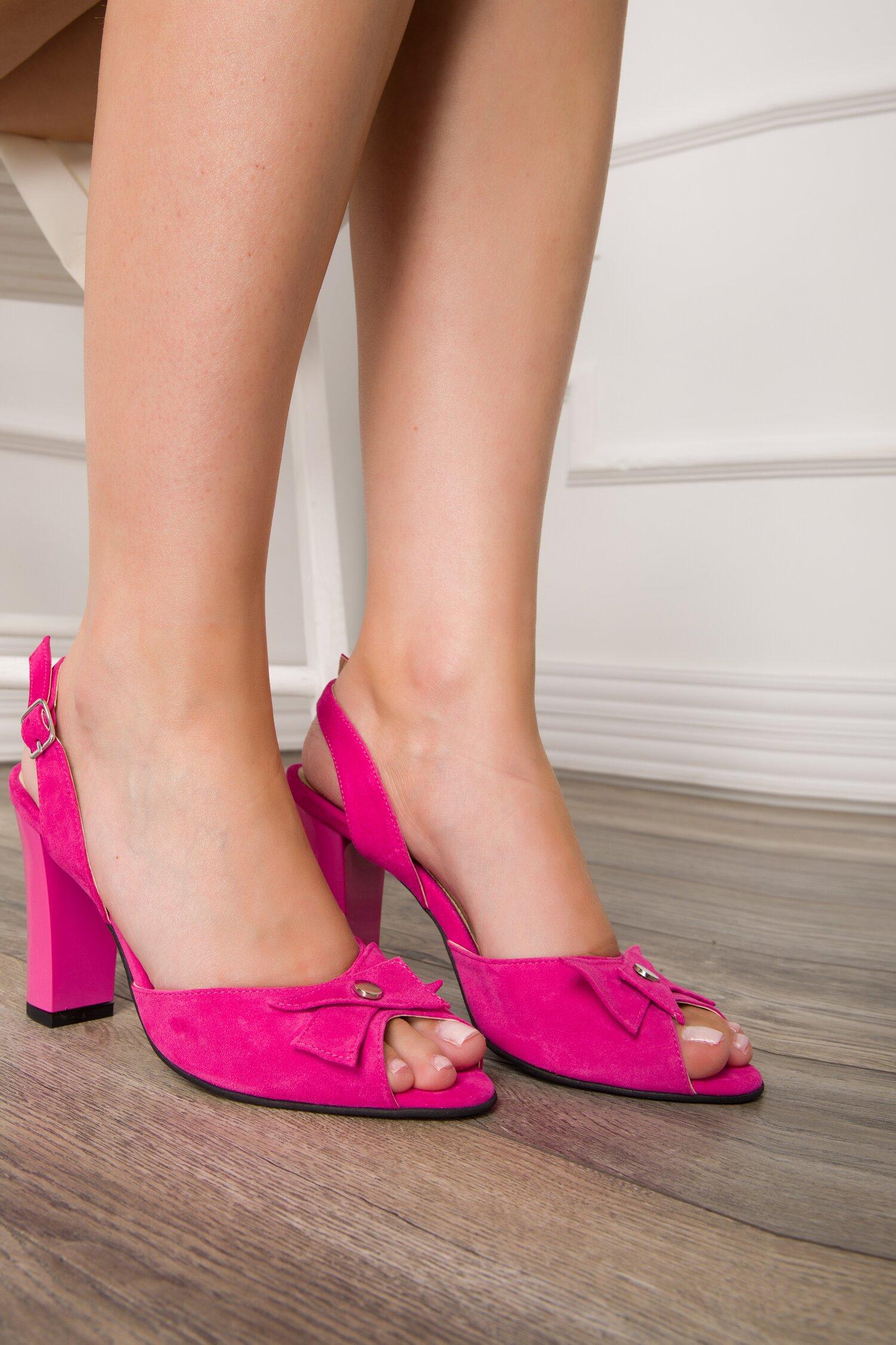 Sandale fucsia din piele intoarsa cu aplicatie pe varf