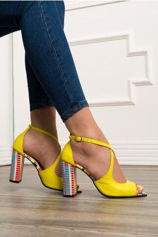 Sandale galbene cu barete incrucisate si imprimeu geometric multicolor pe toc