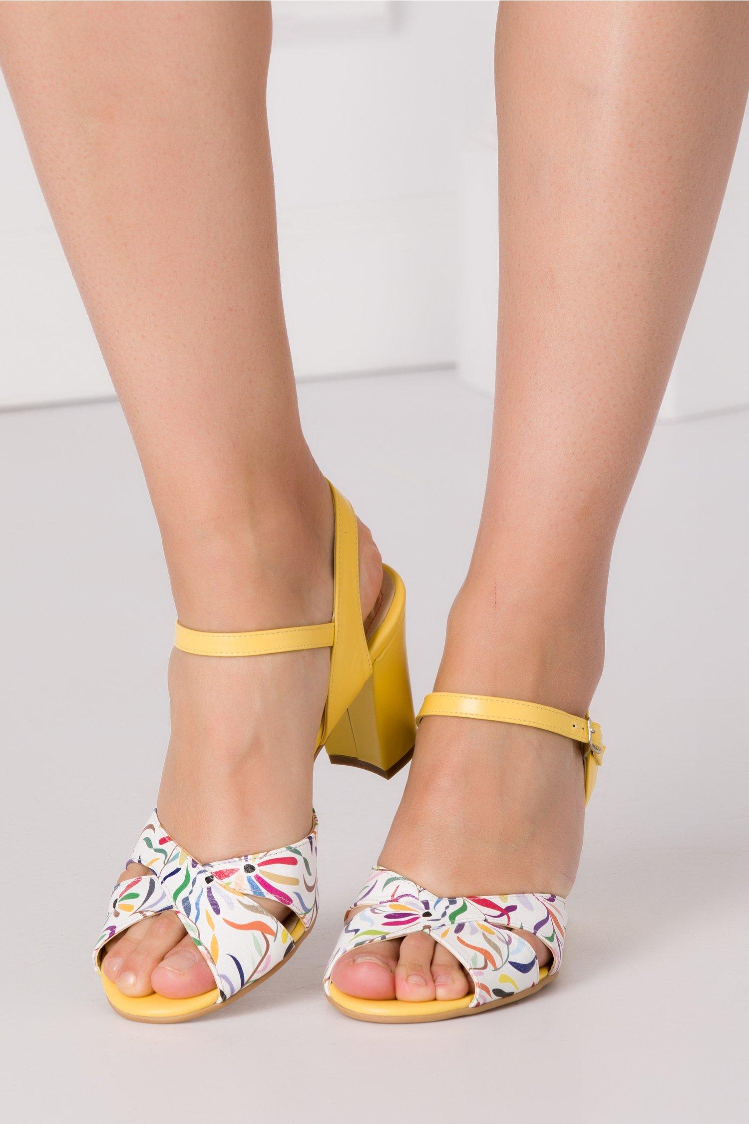 Sandale galbene cu benzi albe incrucisate in fata