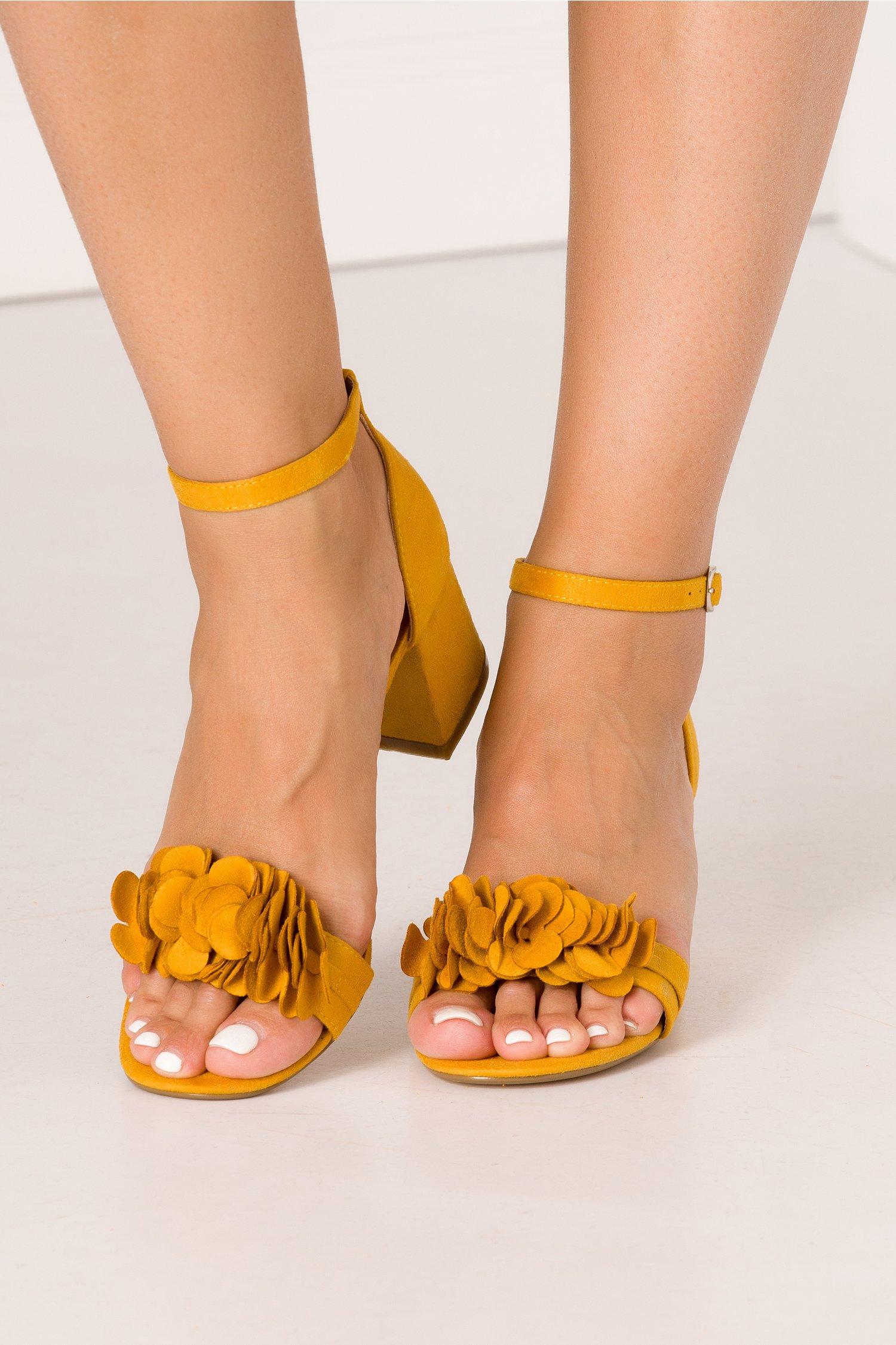 Sandale galbene cu flori 3D in partea din fata