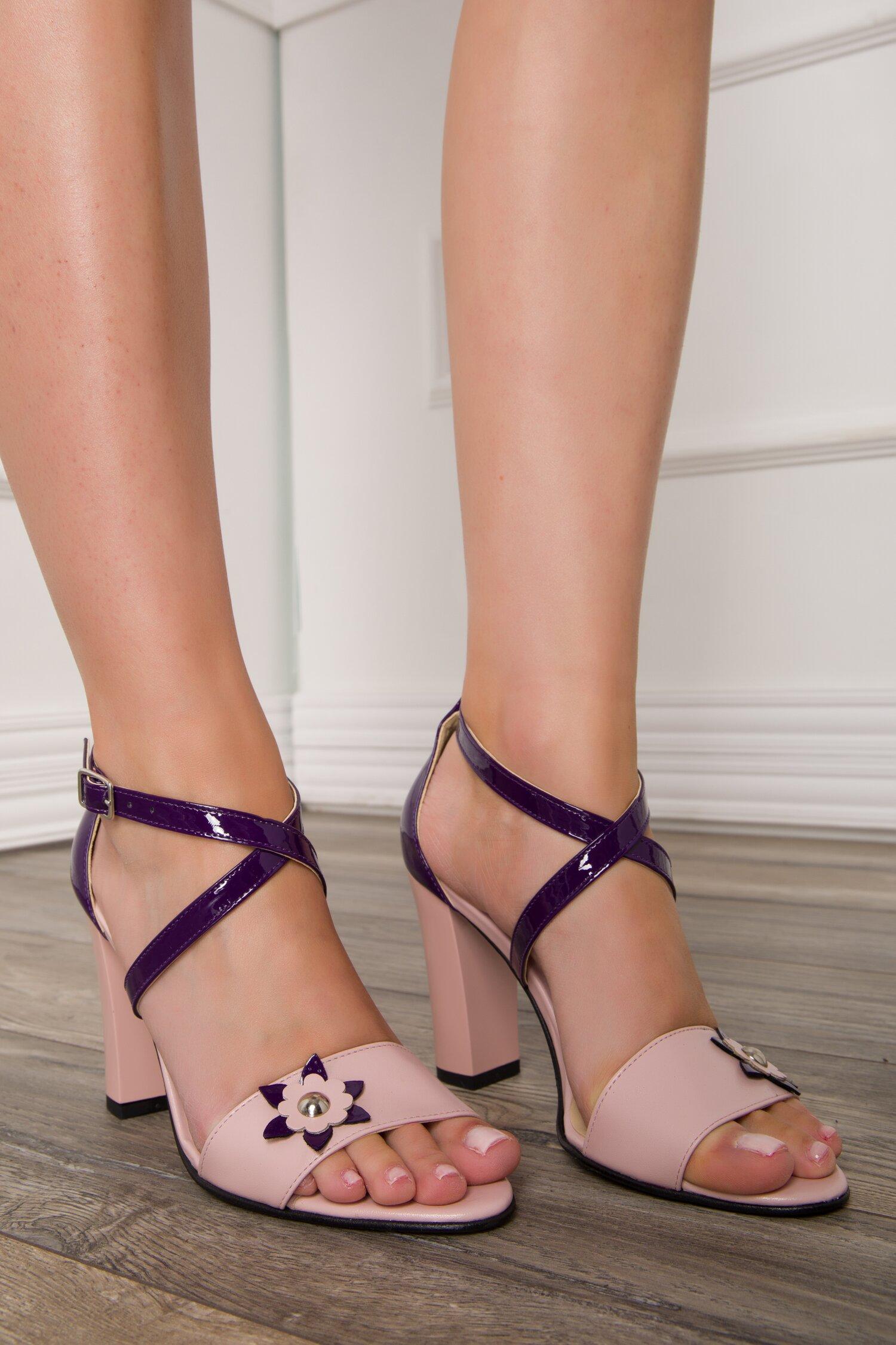 Sandale in nuante de roz si mov cu aplicatie florala imagine