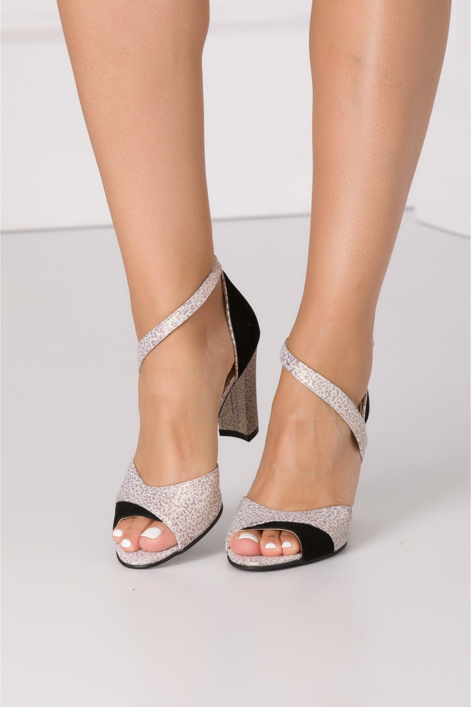 Sandale ivoire cu reflexii aurii si imprimeu cu picatele lila pudrat