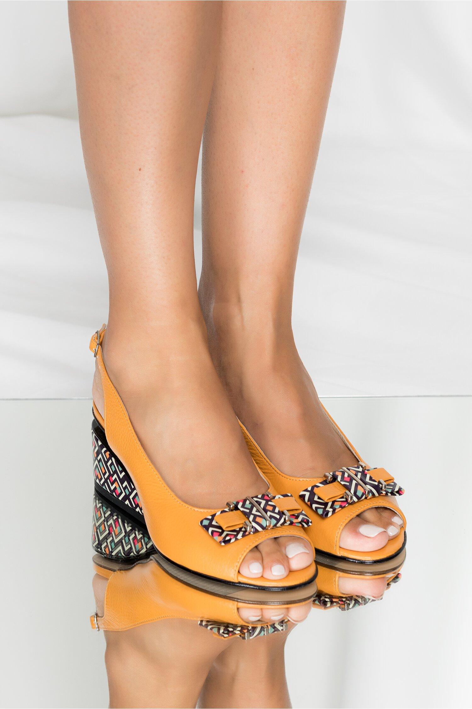 Sandale Jessy galben mustar cu decupaj la calcai si imprimeu geometric