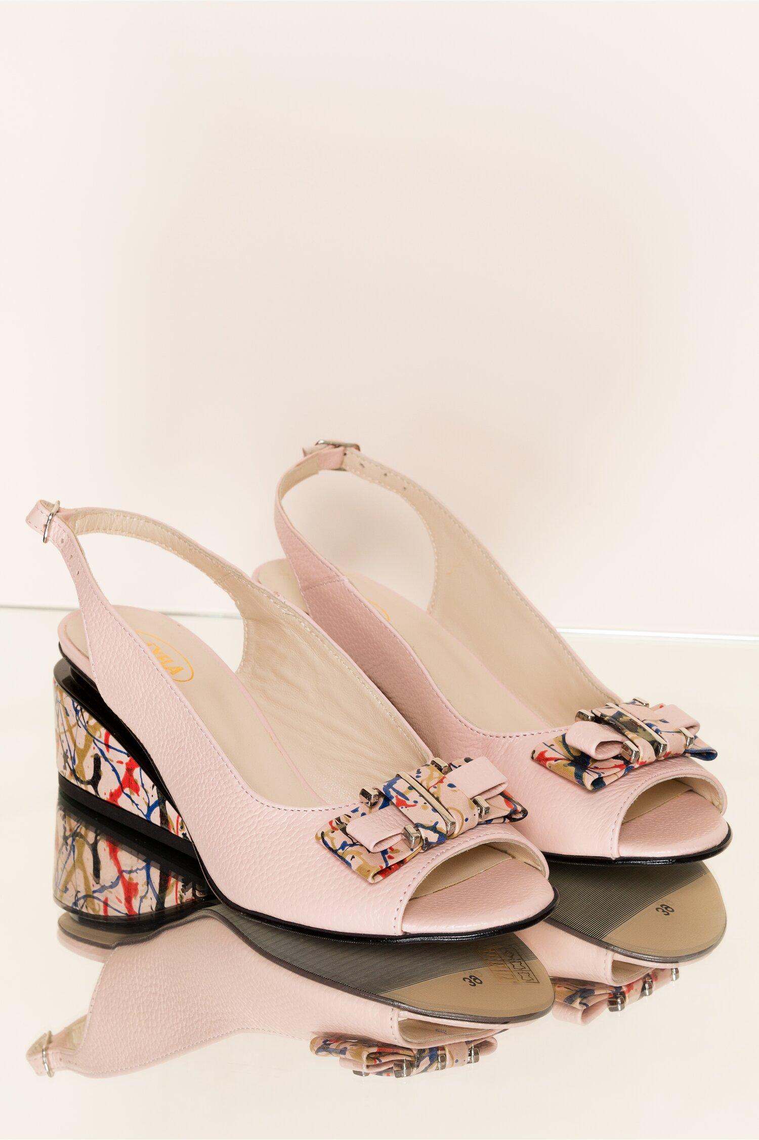 Sandale Jessy roz pal cu decupaj la calcai si imprimeu paint