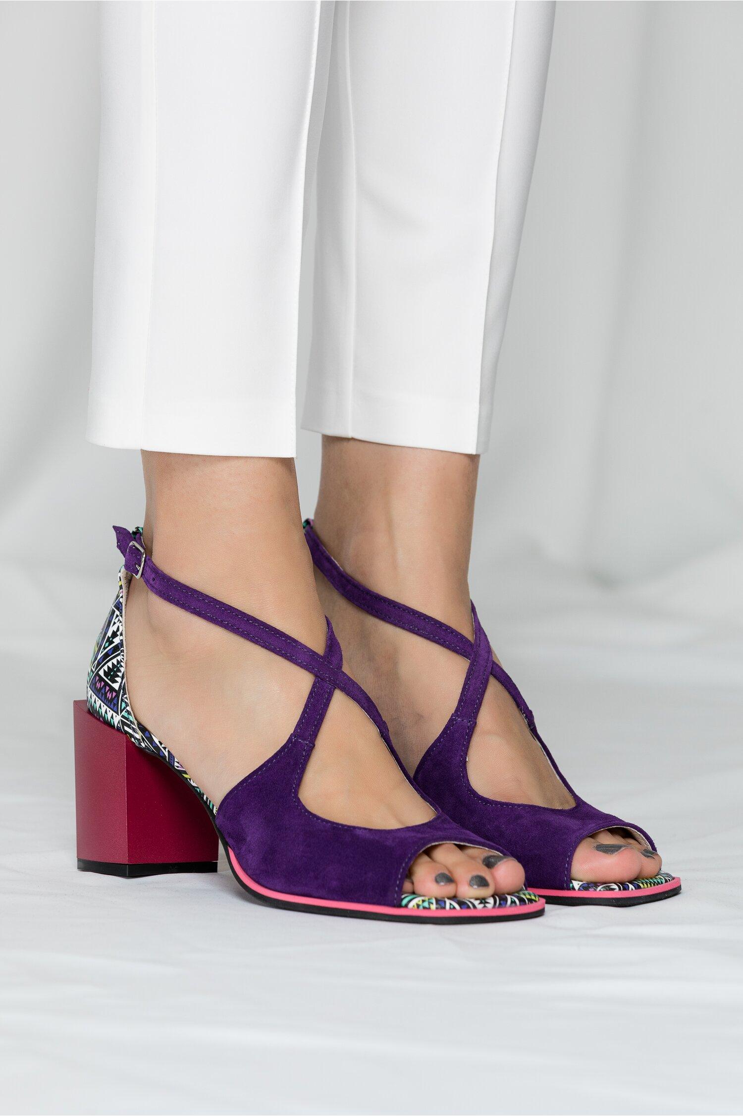 Sandale Kiara mov cu imprimeu geometric si barete incrucisate