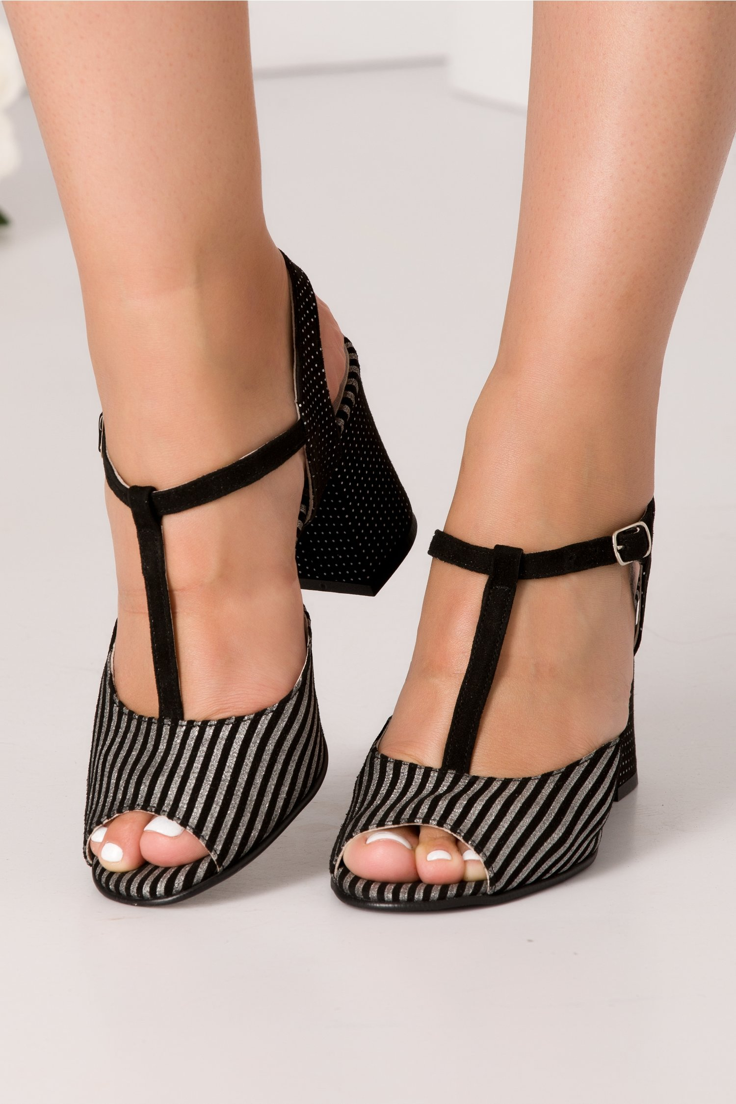 Sandale negre cu dungi argintii si bulinute la spate