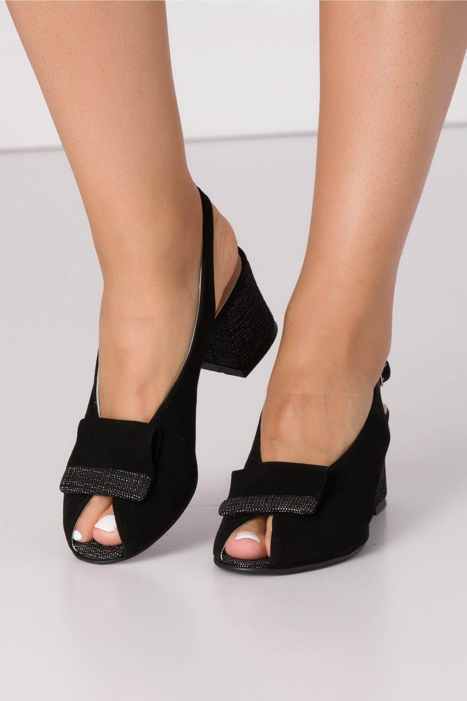 Sandale negre din piele intoarsa cu imprimeu alb-negru cu picatele