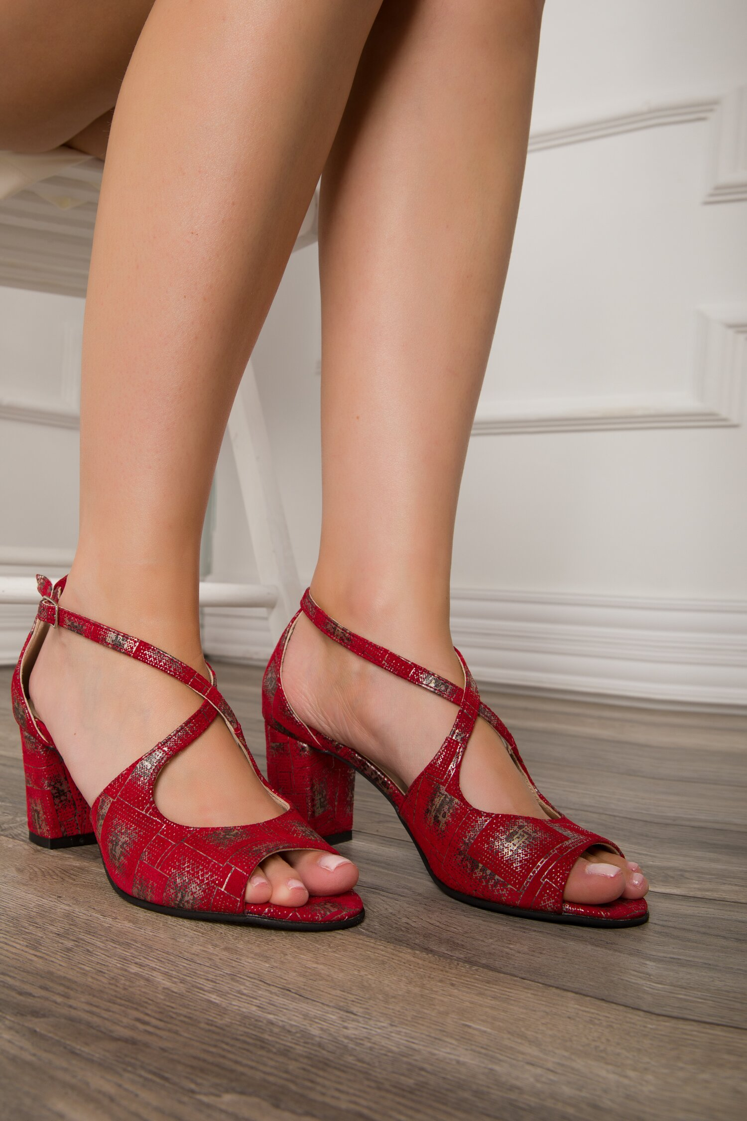 Sandale rosii cu bareta incrucisata si imprimeu argintiu imagine