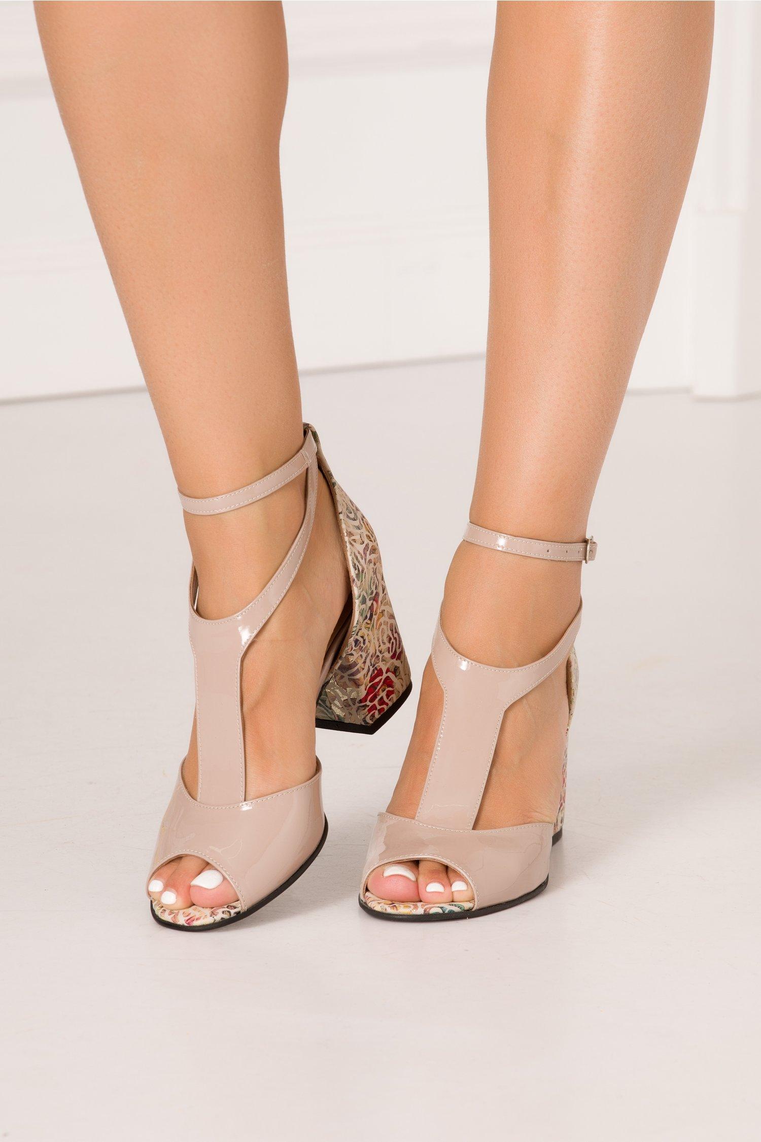 Sandale roz prafuit din piele naturala lacuita si imprimeu floral in zona tocului