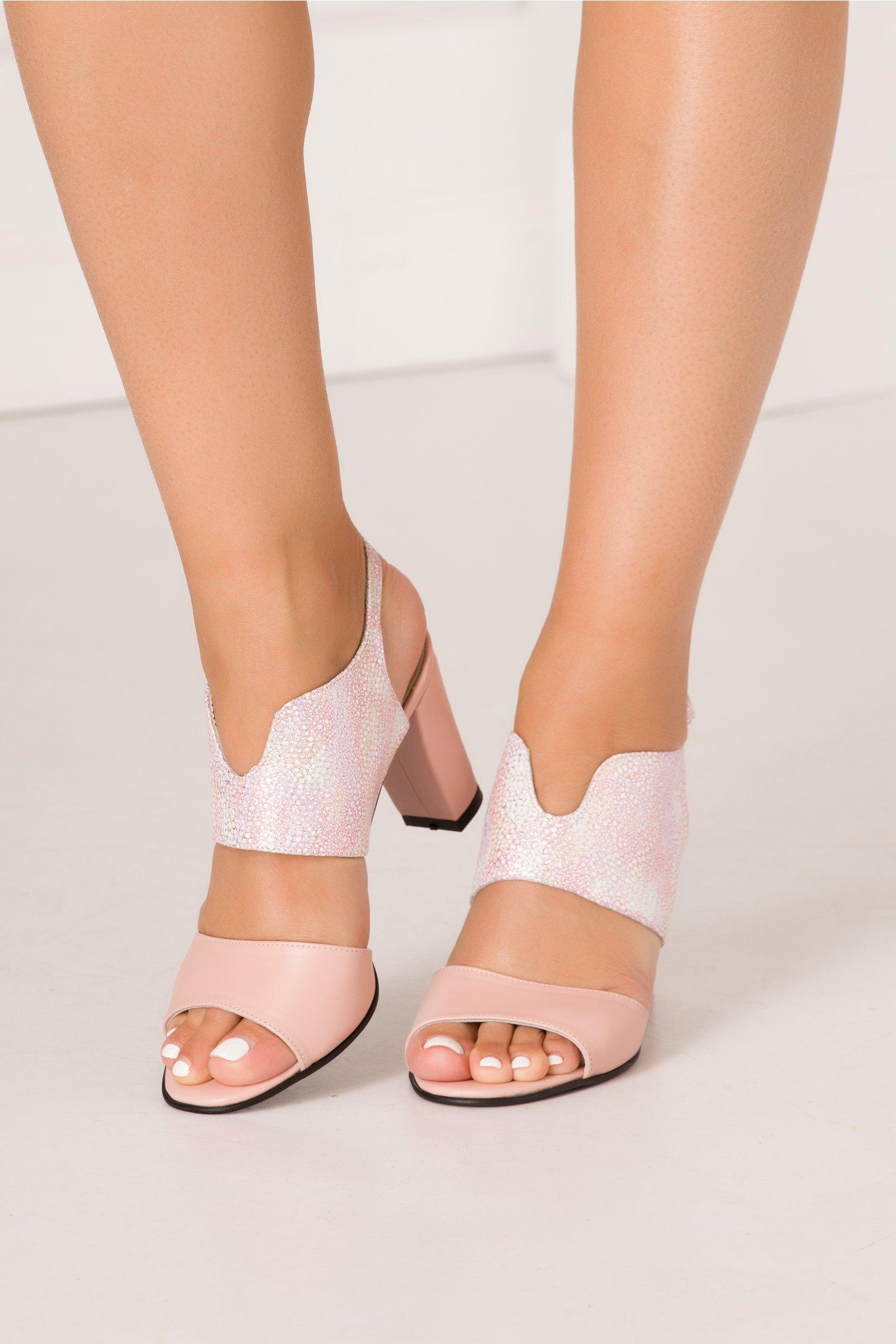 Sandale roz pudrat cu design deosebit si imprimeu cu picatele argintii