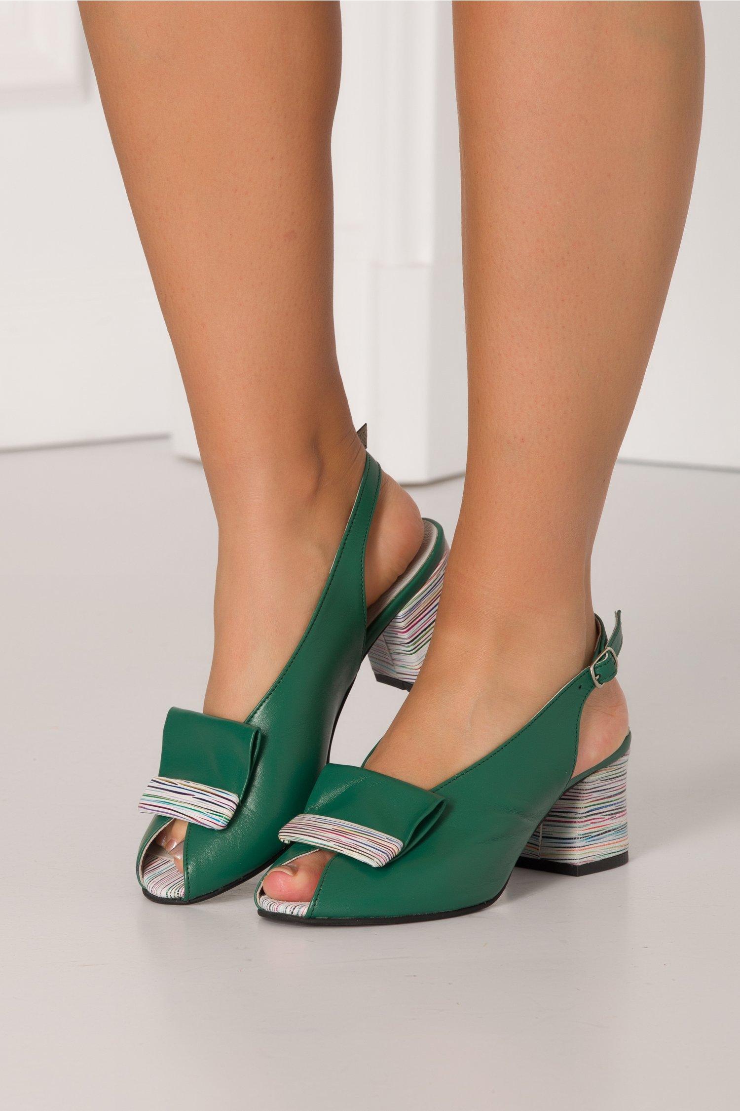 Sandale verzi cu imprimeu in dungi multicolore
