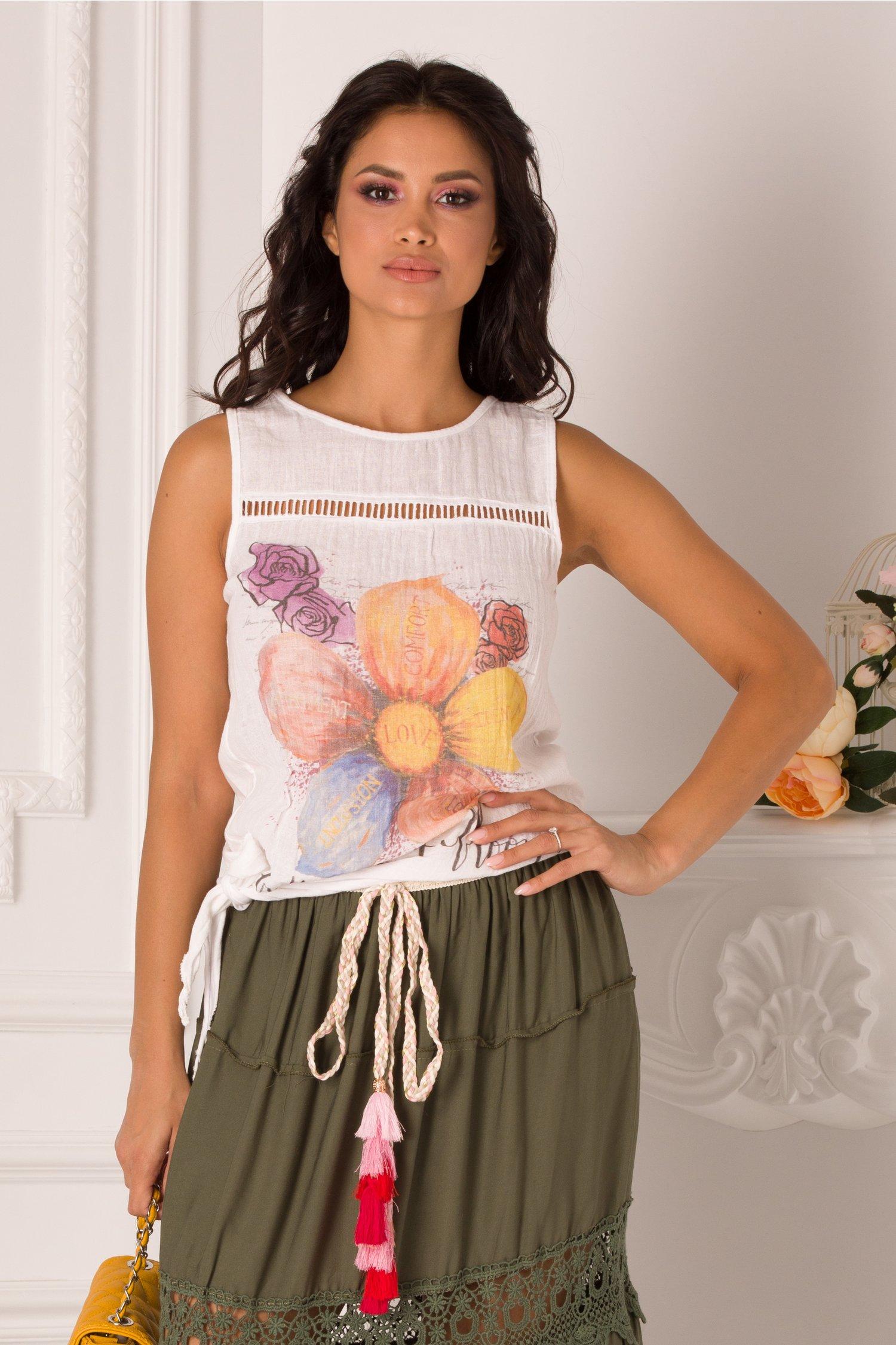 Top alb din bumbac cu imprimeu floral pe fata si nod pe o parte