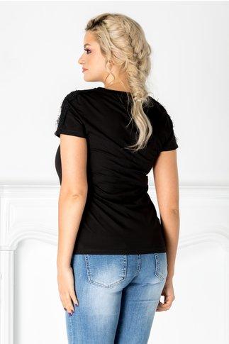 Tricou negru cu aplicatie la bust si dantela la umeri