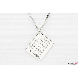 Colier calendar 25 mm personalizat gravura text Argint 925 rodiat (lant Cable)