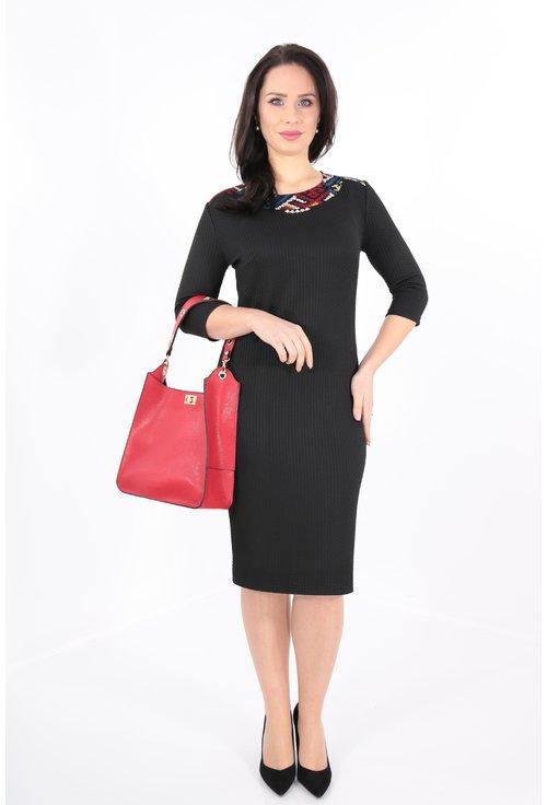 Rochie din stofa neagra si decolteu rosu-albastru
