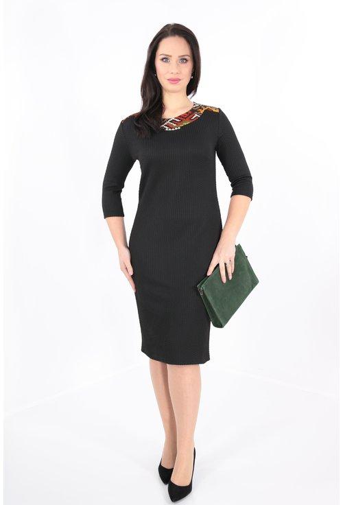 Rochie din stofa neagra si decolteu verde-caramiziu
