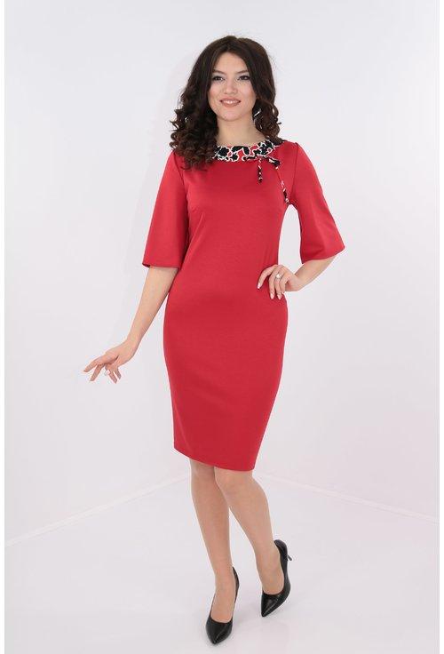 Rochie rosie cu garnitura la decolteu