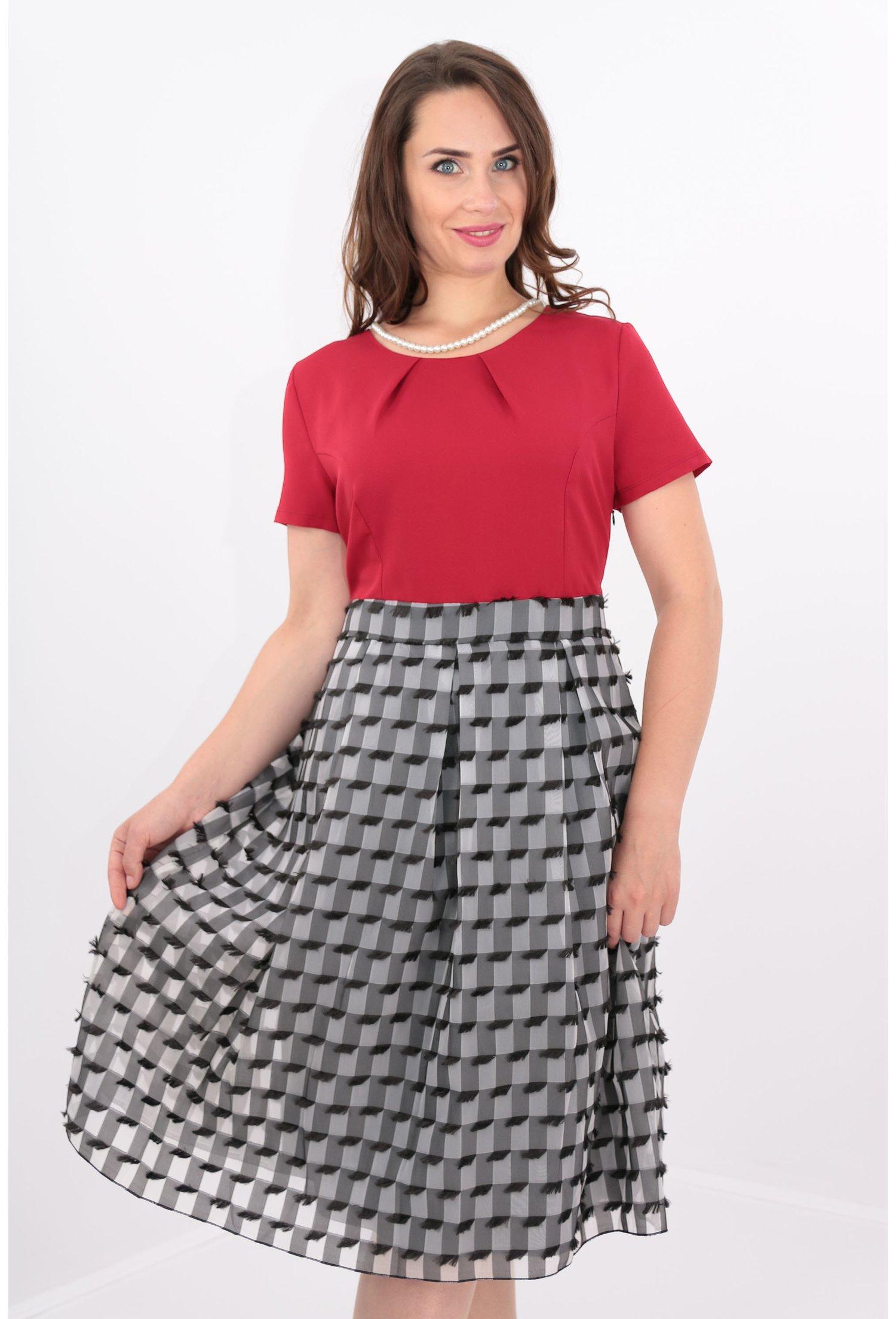 Rochie rosie cu voal alb-negru
